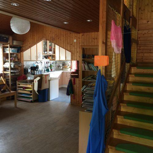 großer Gruppenraum mit Treppe